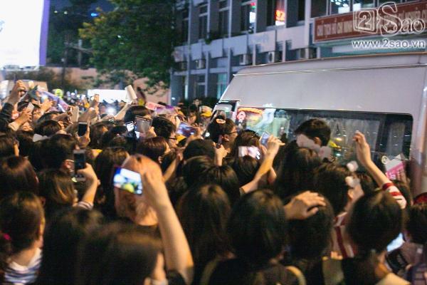 Fan chen lấn, đập cửa xe khiến Wanna One hết hơi mới rời được sân bay Tân Sơn Nhất-9
