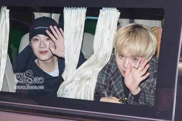 Fan chen lấn, đập cửa xe khiến Wanna One hết hơi mới rời được sân bay Tân Sơn Nhất-7