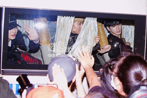 Fan chen lấn, đập cửa xe khiến Wanna One hết hơi mới rời được sân bay Tân Sơn Nhất-8