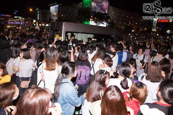 Fan chen lấn, đập cửa xe khiến Wanna One hết hơi mới rời được sân bay Tân Sơn Nhất-10