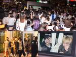 Fan chen lấn, đập cửa xe khiến Wanna One 'hết hơi' mới rời được sân bay Tân Sơn Nhất