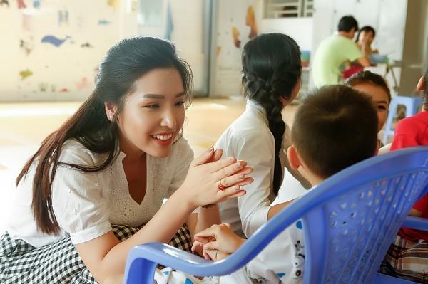 Á hậu Khánh Phương bịn rịn chia tay bố mẹ lên đường đi thi Hoa hậu Siêu quốc gia-7