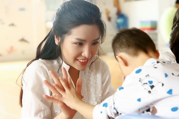 Á hậu Khánh Phương bịn rịn chia tay bố mẹ lên đường đi thi Hoa hậu Siêu quốc gia-8
