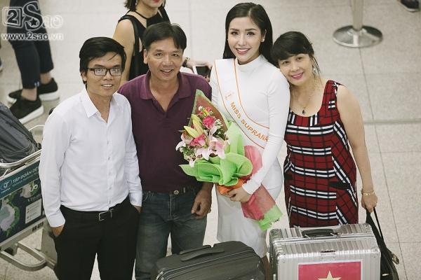 Á hậu Khánh Phương bịn rịn chia tay bố mẹ lên đường đi thi Hoa hậu Siêu quốc gia-5