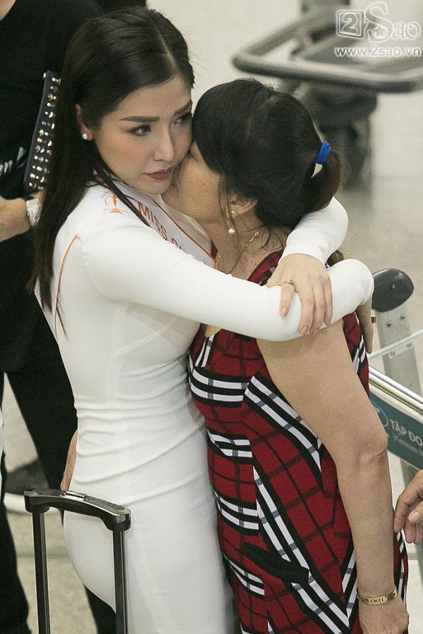 Á hậu Khánh Phương bịn rịn chia tay bố mẹ lên đường đi thi Hoa hậu Siêu quốc gia-6