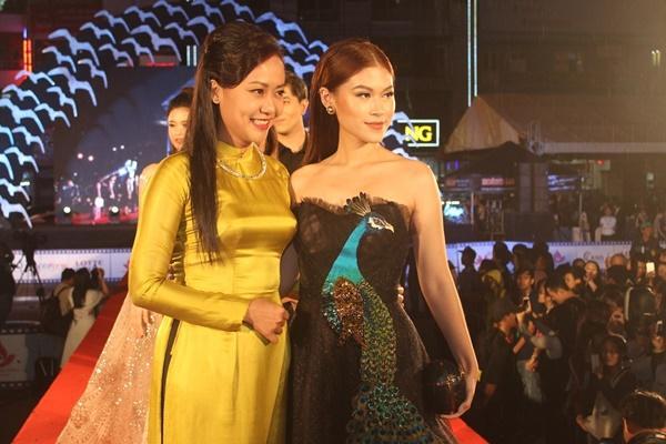 Dàn sao Việt càn quét thảm đỏ ngày đầu của Liên hoan phim Việt Nam-9