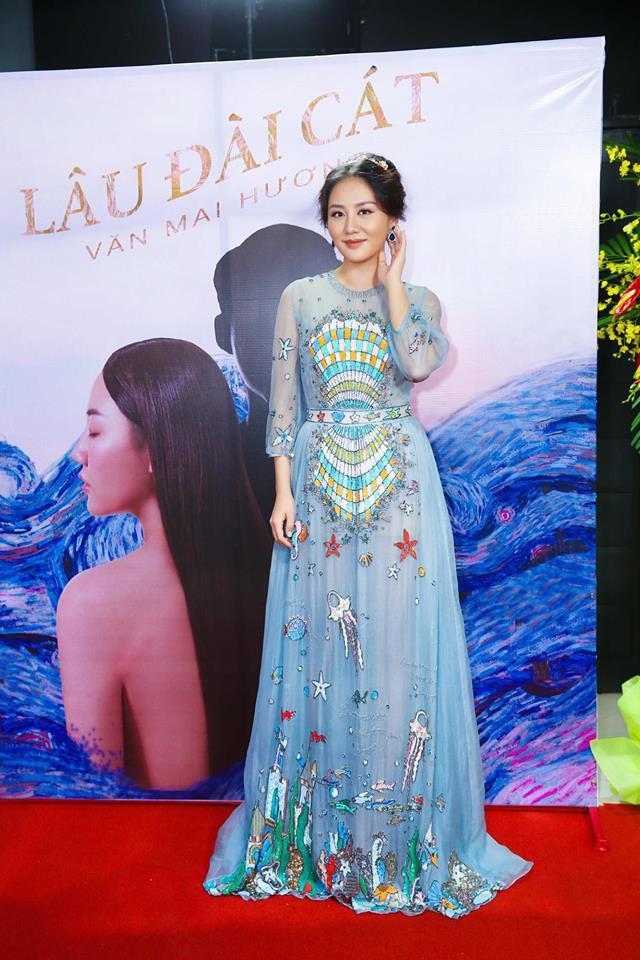 Đụng hàng váy với Hoa hậu Đỗ Mỹ Linh, nhưng Văn Mai Hương lại trông già hơn hẳn vì chọn nhầm phụ kiện kiểu... quý bà-1