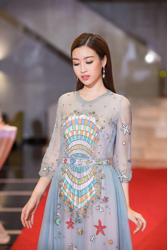 Đụng hàng váy với Hoa hậu Đỗ Mỹ Linh, nhưng Văn Mai Hương lại trông già hơn hẳn vì chọn nhầm phụ kiện kiểu... quý bà-3