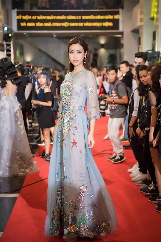 Đụng hàng váy với Hoa hậu Đỗ Mỹ Linh, nhưng Văn Mai Hương lại trông già hơn hẳn vì chọn nhầm phụ kiện kiểu... quý bà-4