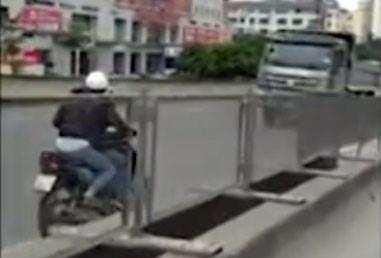 Hai cô gái phóng xe máy ngược chiều ở đường trên cao-1
