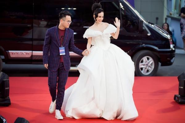 Angela Phương Trinh diện váy phát sáng trên thảm đỏ, lấn át dàn sao châu Á-1