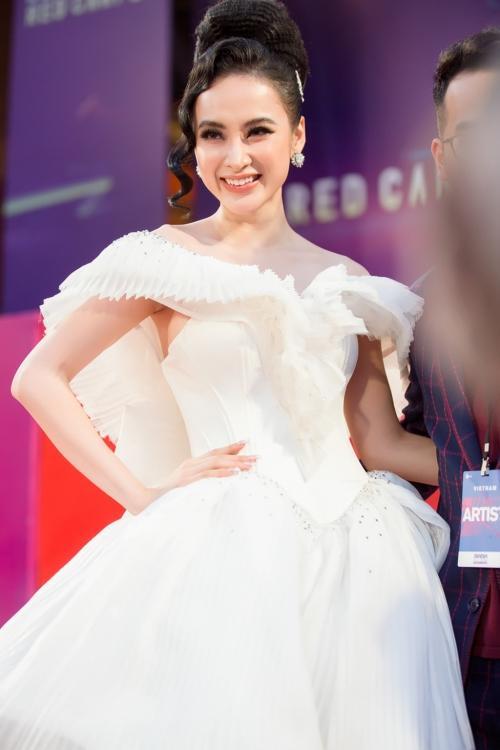 Angela Phương Trinh diện váy phát sáng trên thảm đỏ, lấn át dàn sao châu Á-2