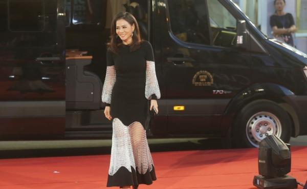 Angela Phương Trinh diện váy phát sáng trên thảm đỏ, lấn át dàn sao châu Á-5
