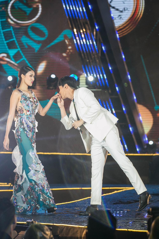 Rocker Nguyễn hôn tay Lan Khuê, Miu Lê - Only C xuất hiện sau ồn ào tranh cãi-8