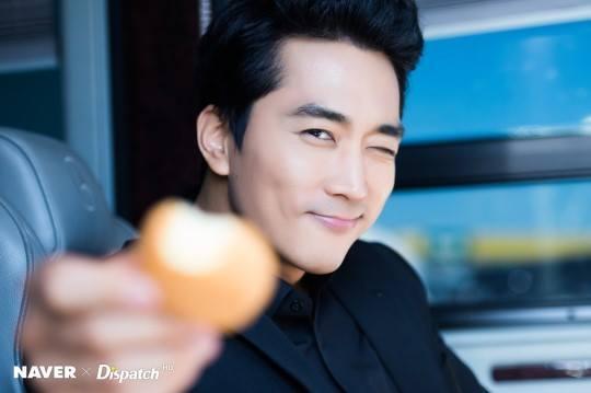 Sao Hàn 26/11: Chỉ là ảnh hậu trường thế nhưng Song Seung Hun vẫn đẹp trai quyến rũ mê người-1