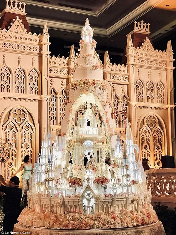 Chiêm ngưỡng chiếc bánh cưới cao 5m đẹp như lâu đài trong cổ tích-1