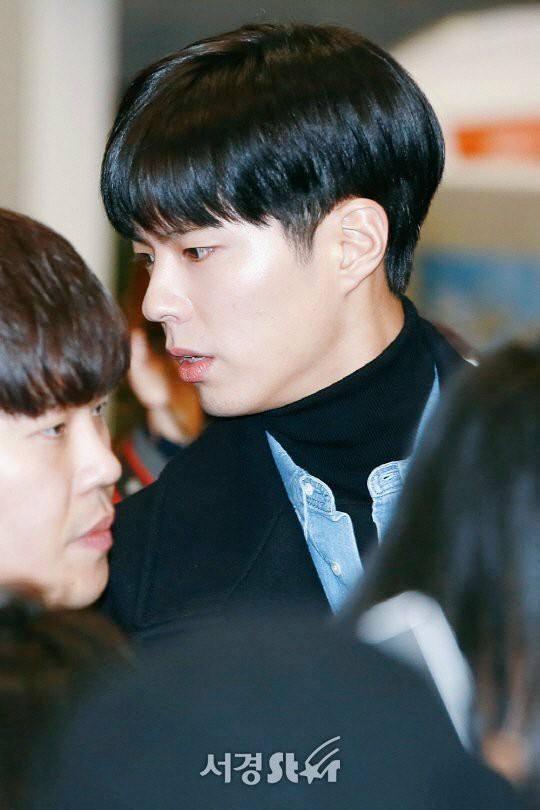 Di chuyển sang Nhật trao giải MAMA, Park Bo Gum cùng dàn Idol xứ Hàn khiến sân bay náo loạn-1