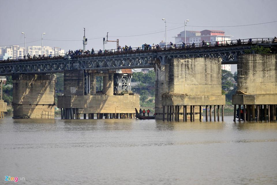 Bộ đội trục vớt quả bom sát chân cầu Long Biên-1