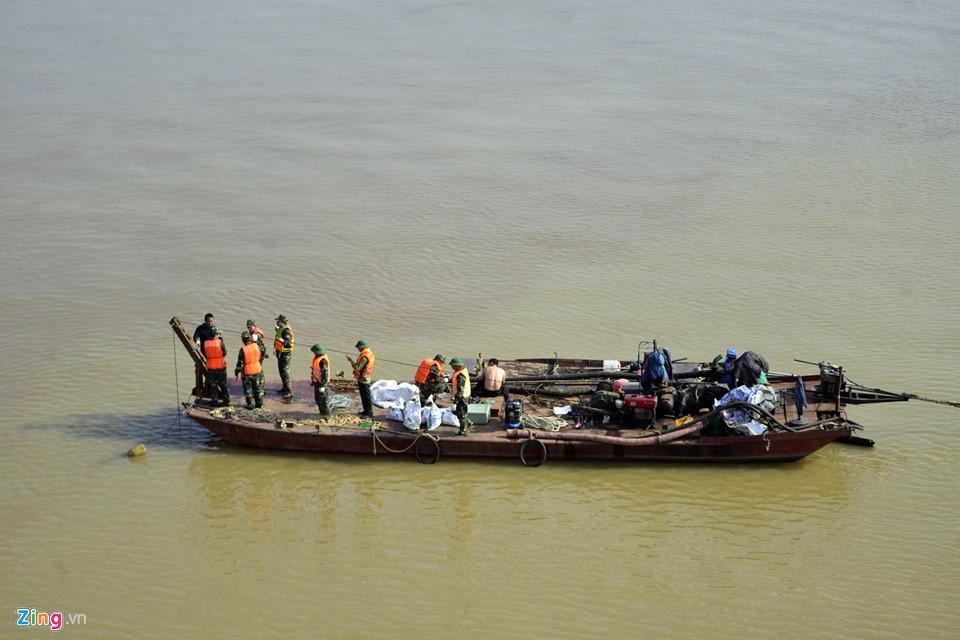 Bộ đội trục vớt quả bom sát chân cầu Long Biên-9