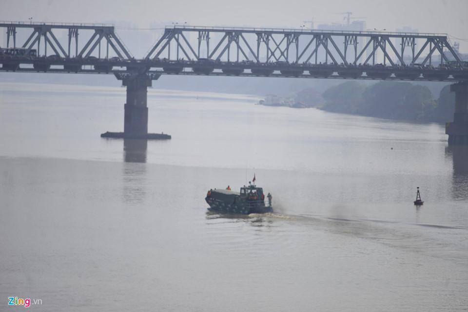 Bộ đội trục vớt quả bom sát chân cầu Long Biên-3