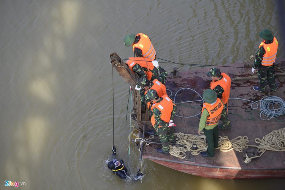 Bộ đội trục vớt quả bom sát chân cầu Long Biên-5