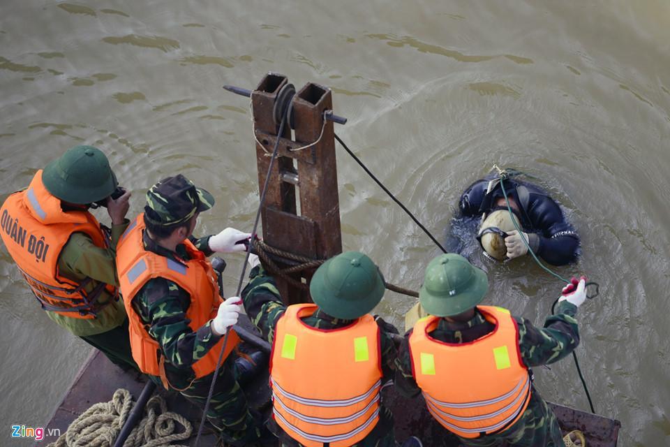 Bộ đội trục vớt quả bom sát chân cầu Long Biên-6