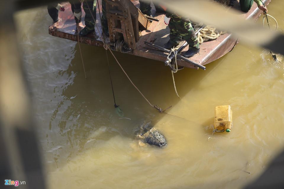 Bộ đội trục vớt quả bom sát chân cầu Long Biên-8