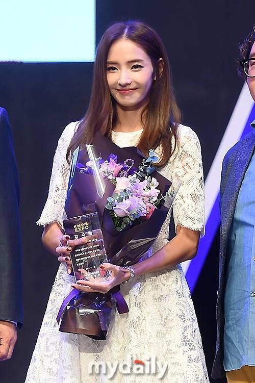 Sao Hàn 28/11: Búp bê xứ Hàn Han Chae Young trẻ trung như gái đôi mươi-2