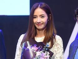 Sao Hàn 28/11: 'Búp bê xứ Hàn' Han Chae Young trẻ trung như gái đôi mươi