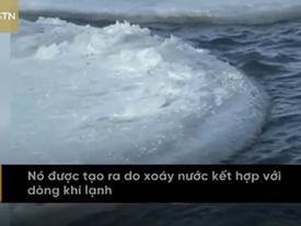 Du khách đổ xô đến tảng băng tròn kỳ lạ, quay vòng trên sông lạnh ở Nội Mông