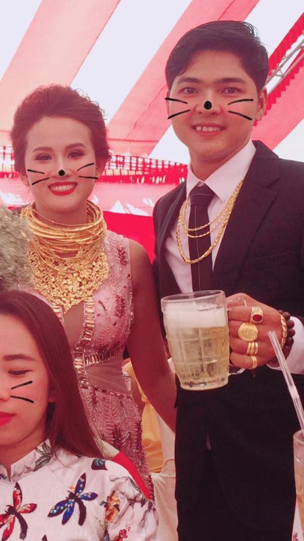 Hoa mắt trước hình ảnh cô dâu chú rể mang đầy vàng trên người-2