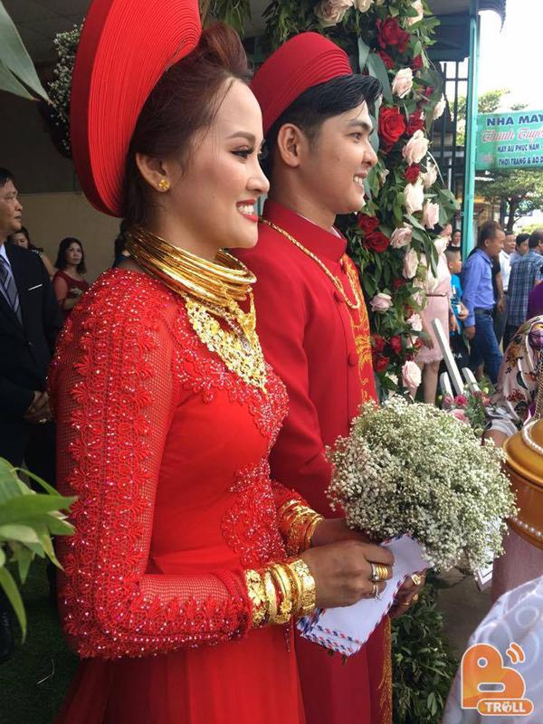 Hoa mắt trước hình ảnh cô dâu chú rể mang đầy vàng trên người-3