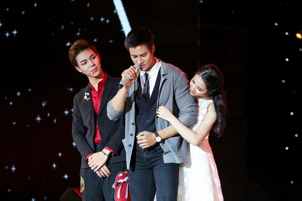 Erik ăn vạ trên sân khấu khi bị Hòa Minzy tranh mất trai đẹp-1