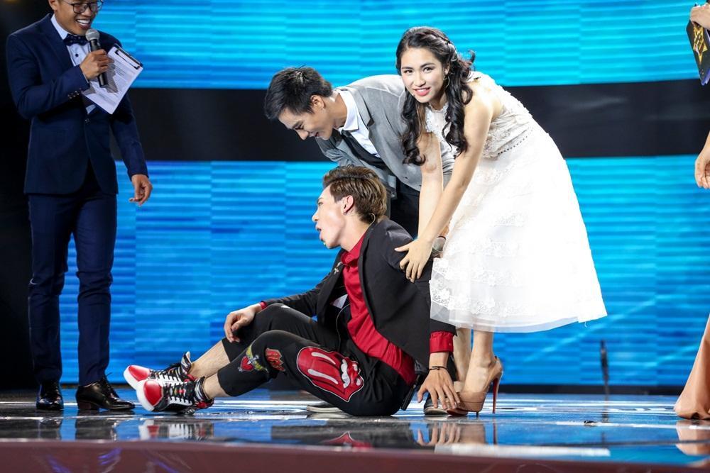 Erik ăn vạ trên sân khấu khi bị Hòa Minzy tranh mất trai đẹp-3