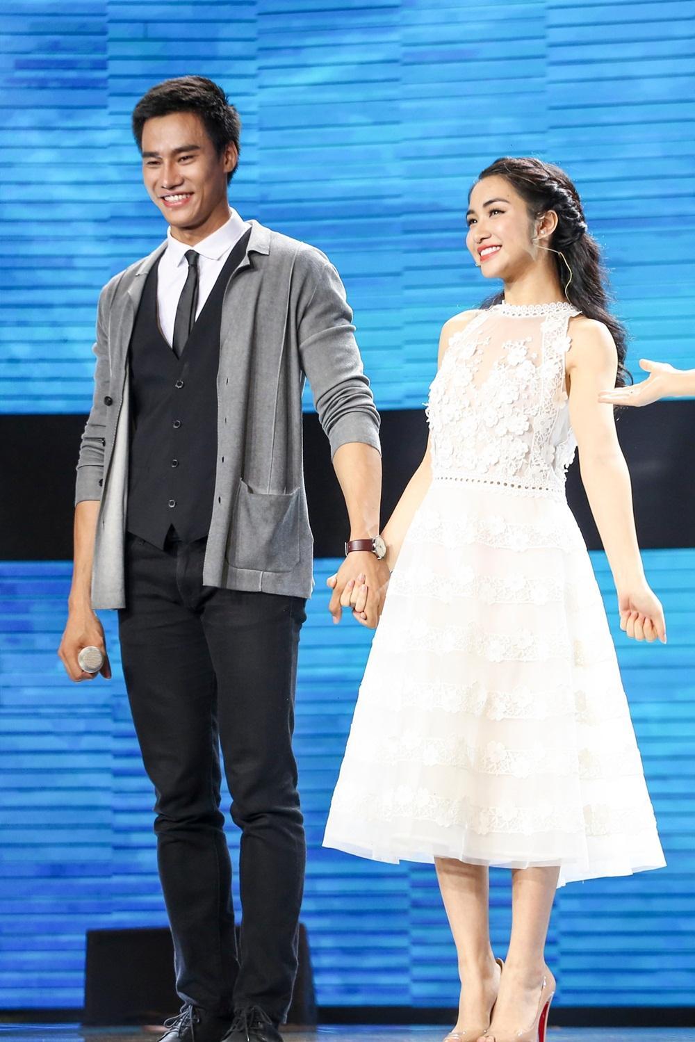 Erik ăn vạ trên sân khấu khi bị Hòa Minzy tranh mất trai đẹp-2