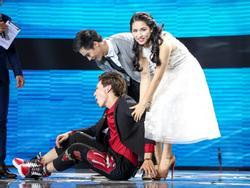 Erik 'ăn vạ' trên sân khấu khi bị Hòa Minzy tranh mất trai đẹp