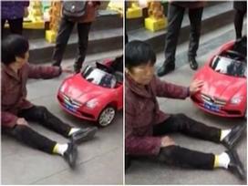 Clip: Người phụ nữ ăn vạ đòi bồi thường vì bị ô tô đồ chơi... đâm trúng