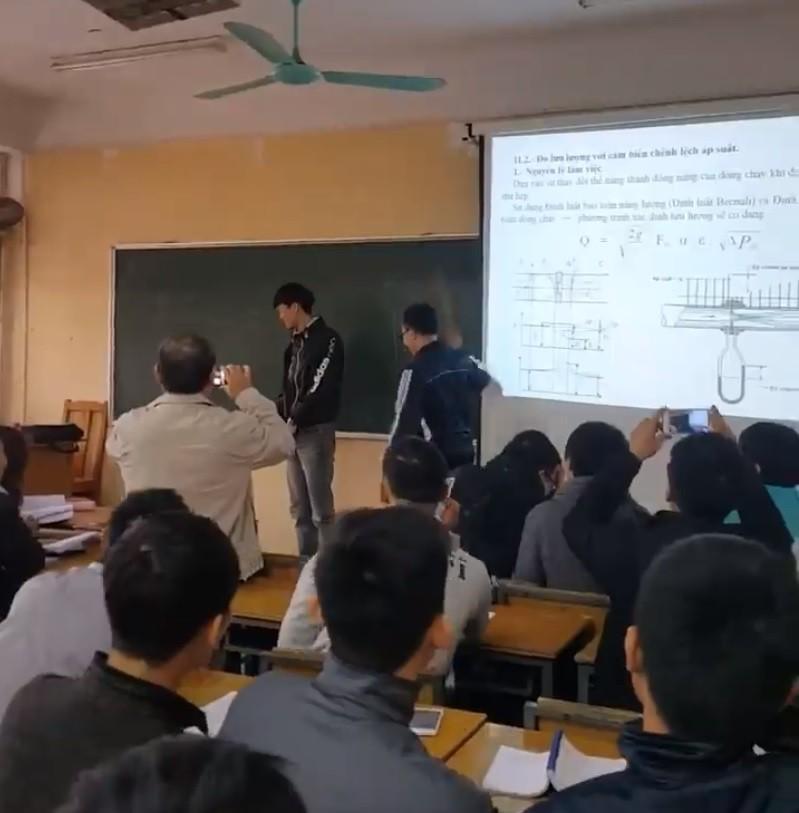 Sinh viên Đại học Xây dựng ăn roi trước lớp, thầy giáo quay lại clip cho nhớ đời!-1