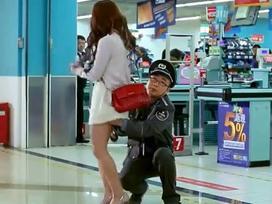 Gã bảo vệ 'sàm sỡ' khách hàng trong siêu thị và cái kết