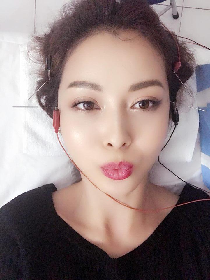 Tin sao Việt: Jennifer Phạm tay chân rụng rời vì sợ kim khi nằm trên giường bệnh-1