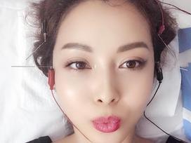 Tin sao Việt: Jennifer Phạm 'tay chân rụng rời' vì sợ kim khi nằm trên giường bệnh