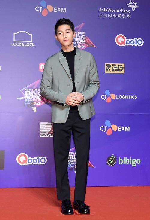 Song Joong Ki lấy lại phong độ, Lee Young Ae đẹp lộng lẫy trên thảm đỏ MAMA Hong Kong-1