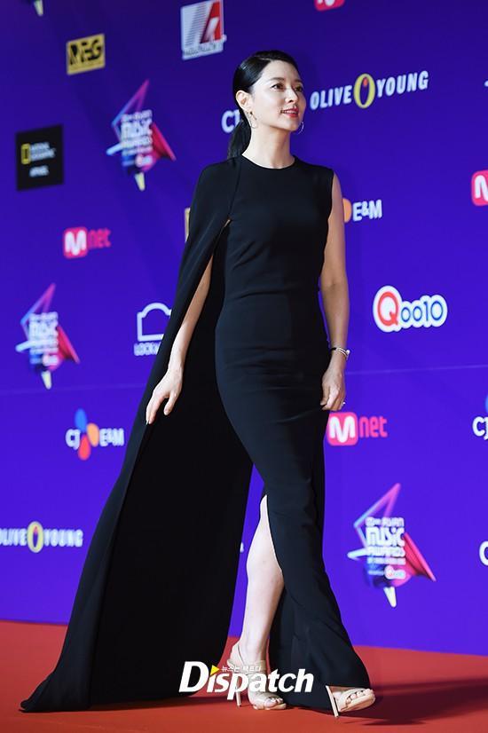 Song Joong Ki lấy lại phong độ, Lee Young Ae đẹp lộng lẫy trên thảm đỏ MAMA Hong Kong-2