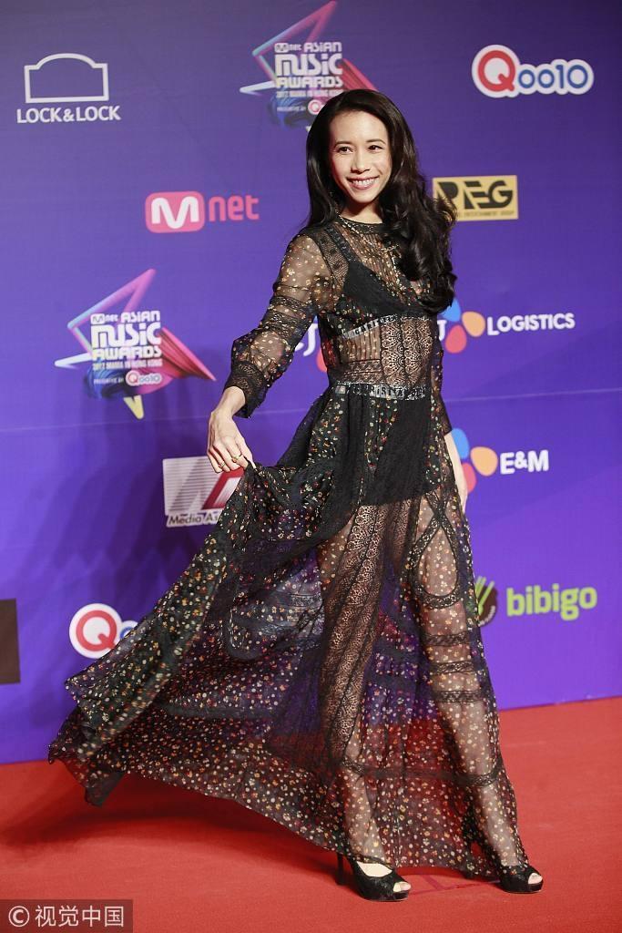 Song Joong Ki lấy lại phong độ, Lee Young Ae đẹp lộng lẫy trên thảm đỏ MAMA Hong Kong-10