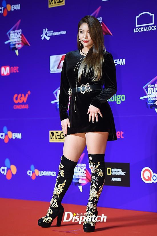 Song Joong Ki lấy lại phong độ, Lee Young Ae đẹp lộng lẫy trên thảm đỏ MAMA Hong Kong-11