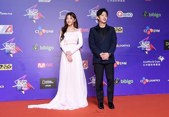 Song Joong Ki lấy lại phong độ, Lee Young Ae đẹp lộng lẫy trên thảm đỏ MAMA Hong Kong-4