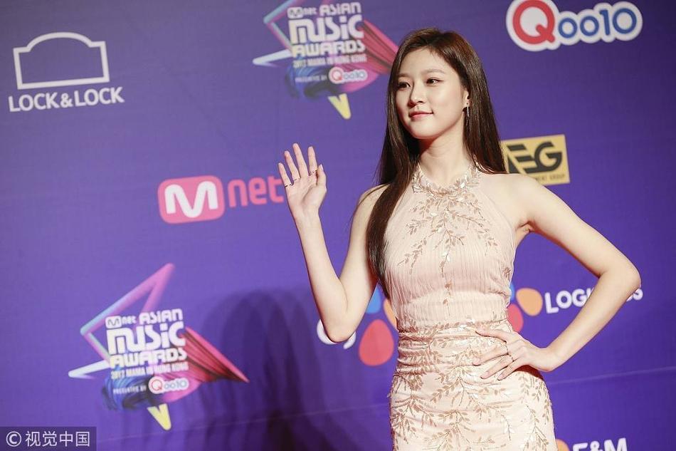Song Joong Ki lấy lại phong độ, Lee Young Ae đẹp lộng lẫy trên thảm đỏ MAMA Hong Kong-7