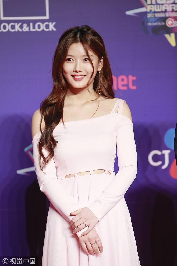 Song Joong Ki lấy lại phong độ, Lee Young Ae đẹp lộng lẫy trên thảm đỏ MAMA Hong Kong-5