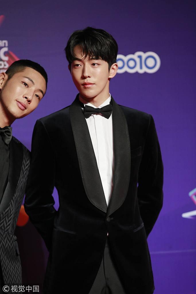 Song Joong Ki lấy lại phong độ, Lee Young Ae đẹp lộng lẫy trên thảm đỏ MAMA Hong Kong-8