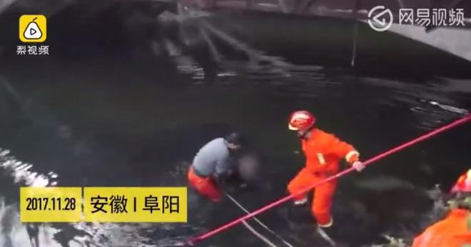 Chuyện hy hữu: Nhảy sông tự tử không thành vì lỡ mặc áo rét... quá dày-2